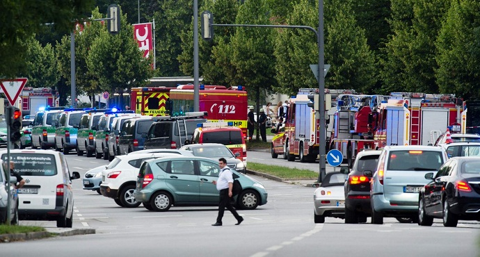 Police officers and medical services respond to the shooting at the Olympia Einkaufzentrum (OEZ) at July 22, 2016 in Munich, Germany.
