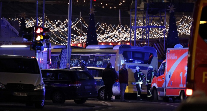 Police stand near the Christmas market in Berlin, Germany, December 19, 2016. Photo: Pawel Kopczynski/Reuters