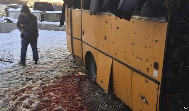 Shell hits bus 'killing 12′ in eastern Ukraine